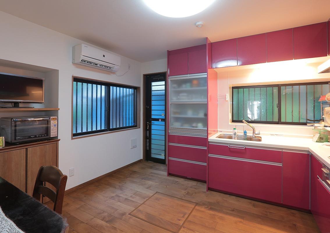システムキッチンは作業がしやすいL字型で、明るい色を選定し、ダイニングが華やかに