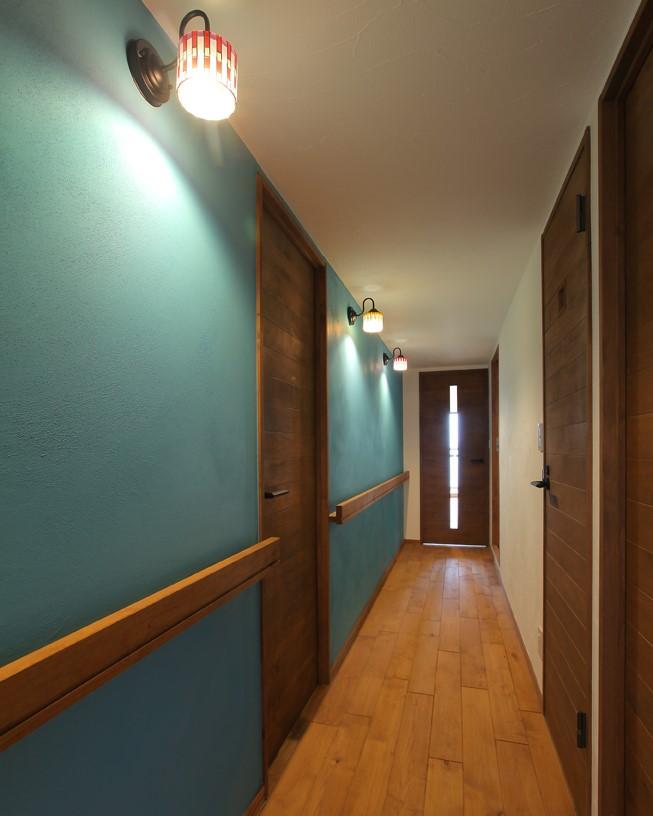 青の廊下はブラケットライトを配置してより一層幻想的な空間に。