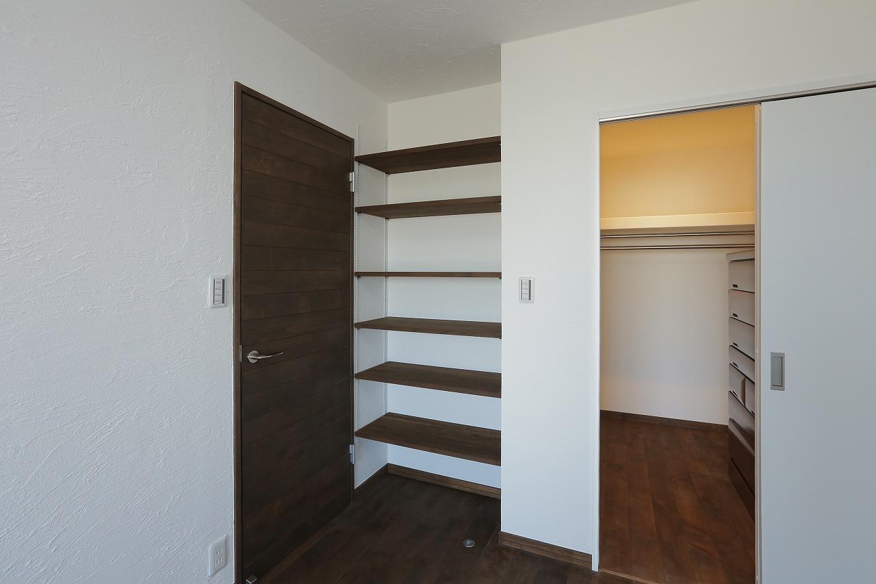 寝室はウォークインクローゼットを作り、その中に洋ダンスを収納。