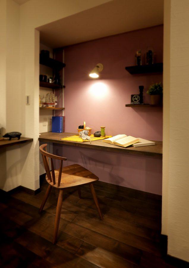 飾り棚や可動棚には好みの小物を飾ってセンス良く。女性らしいアクセントカラーの壁が良く似合います