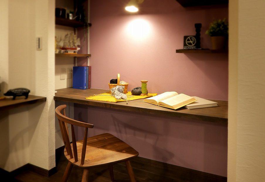 奥様お気に入りの作業スペース。飾り棚や可動棚には好みの小物を飾ってセンス良く。女性らしいアクセントカラーの壁が良く似合います