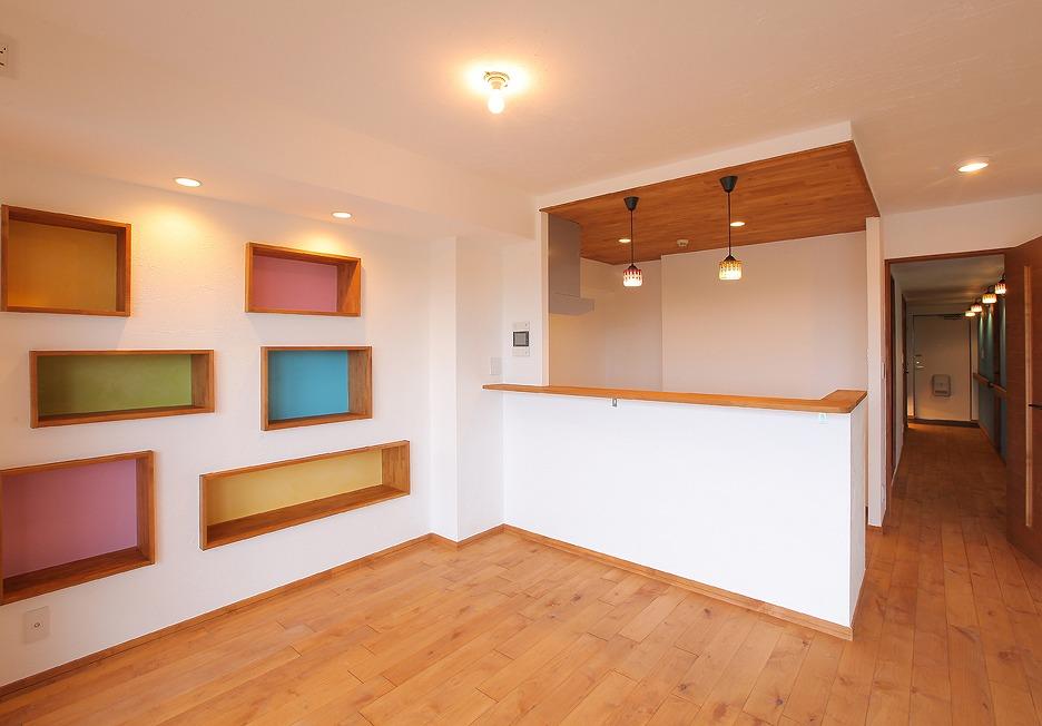 カラフルな壁面収納はそれだけでおしゃれなインテリアに。季節ごとにお気に入りの小物を飾って楽しめます