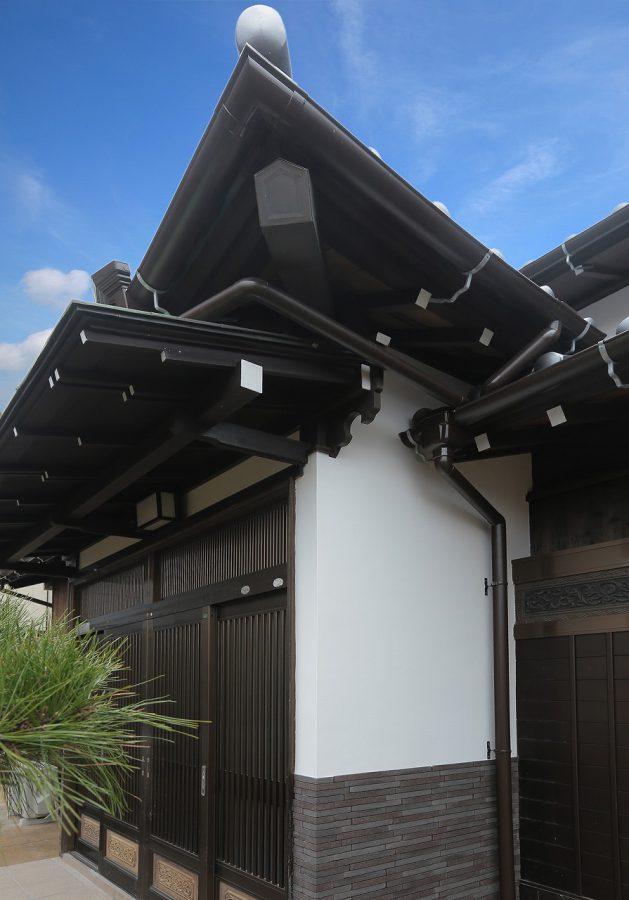 玄関部分の伝統的な入母屋造りは以前と変わらぬ形に再生