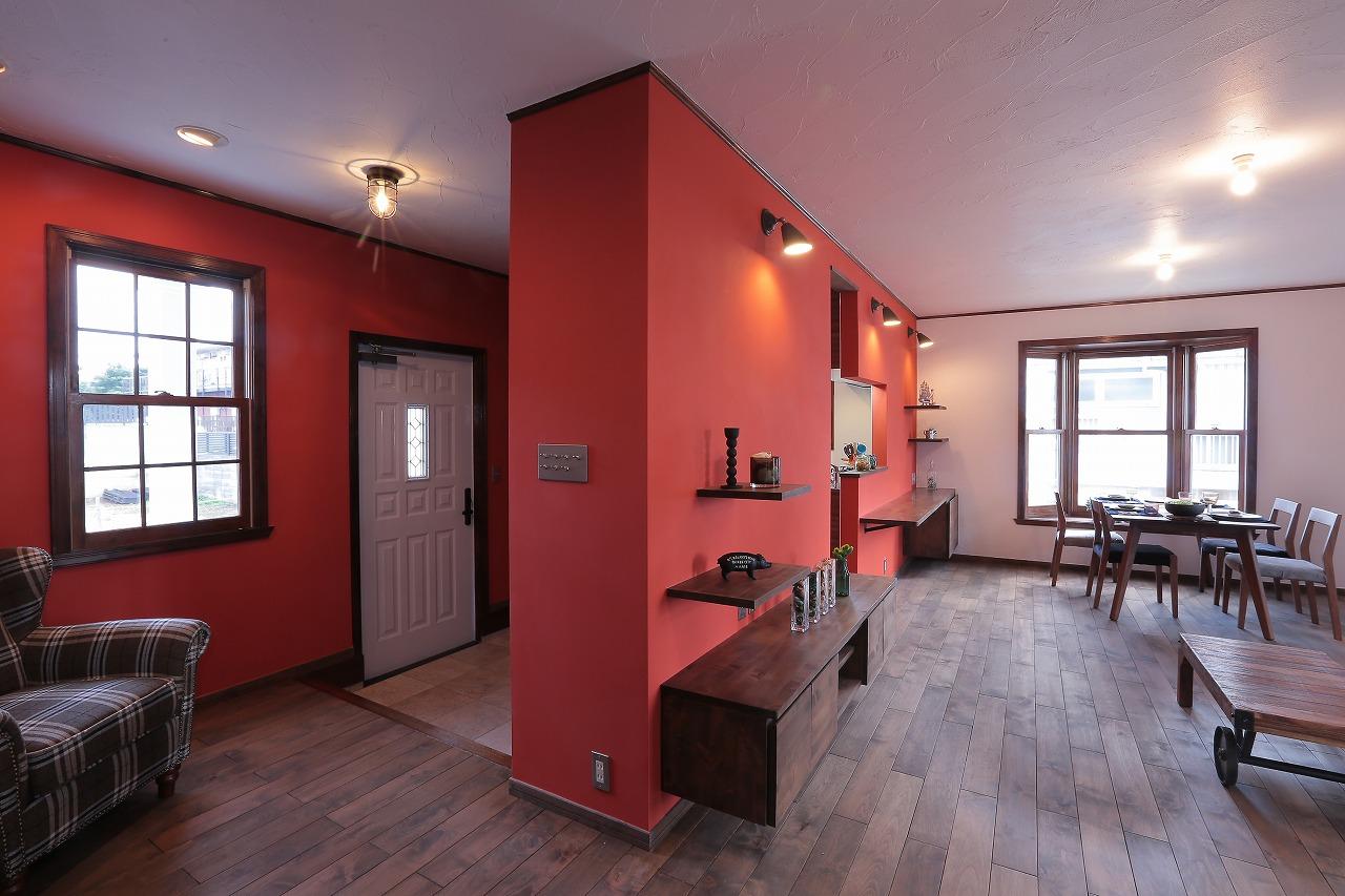 ブラッドオレンジ色で塗装したLDKの壁面が、室内でも西海岸テイストを演出してくれます