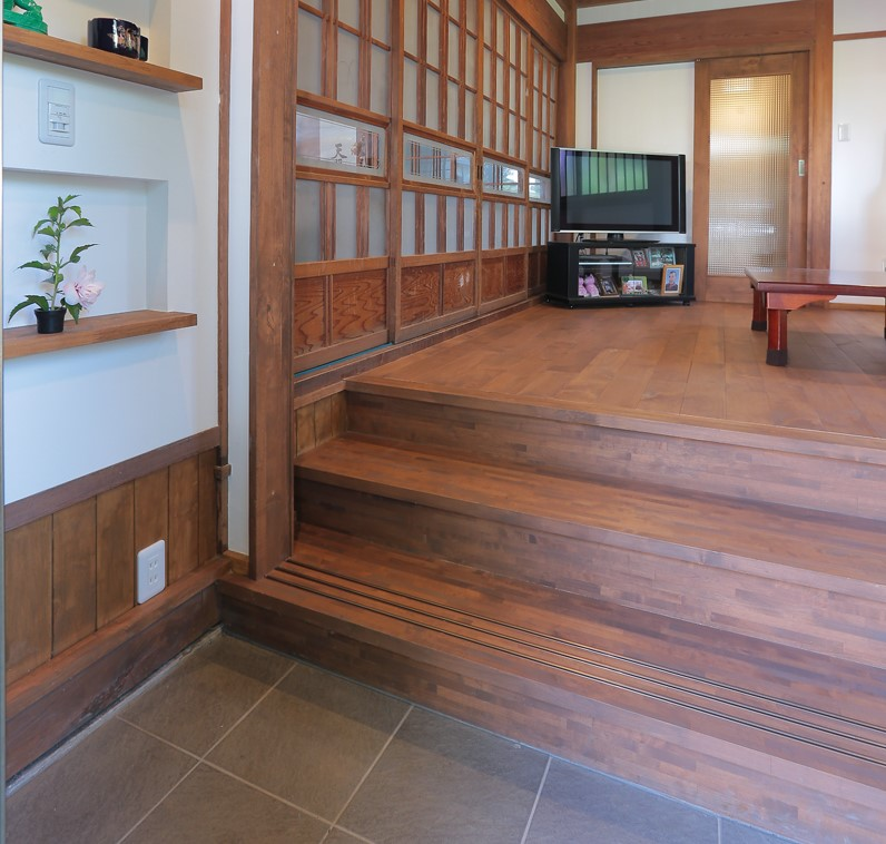 玄関と居間の段差が60cm程あるため階段状に。腰かけて靴を脱いだり履いたりするのにちょうど良い高さです