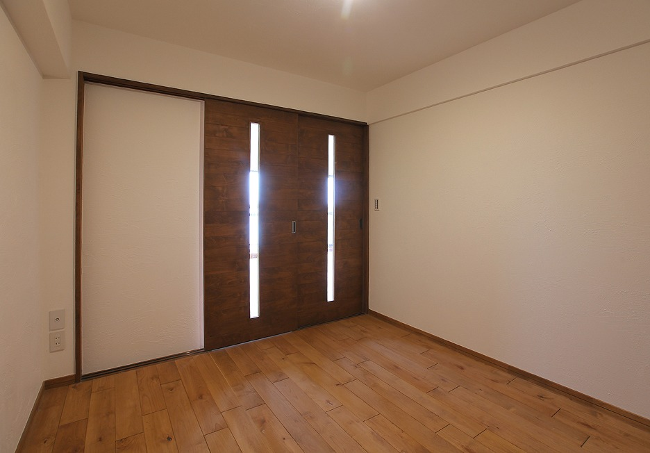 もともと和室だった部屋を洋室にリニューアル。無垢フローリングと漆喰壁が心地よい空間