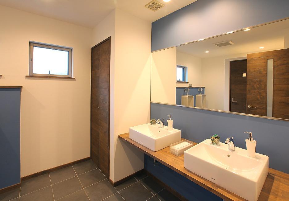 男子トイレはシンプルモダンで青を基調に清潔感のあるデザインに