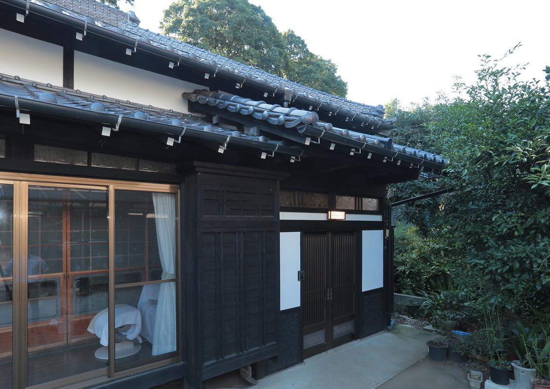 玄関の造りは変えず、外壁に漆喰と焼杉を使用。窓を断熱アルミサッシに替え、落ち着いた雰囲気を保ちながら住まいの機能性を高めました