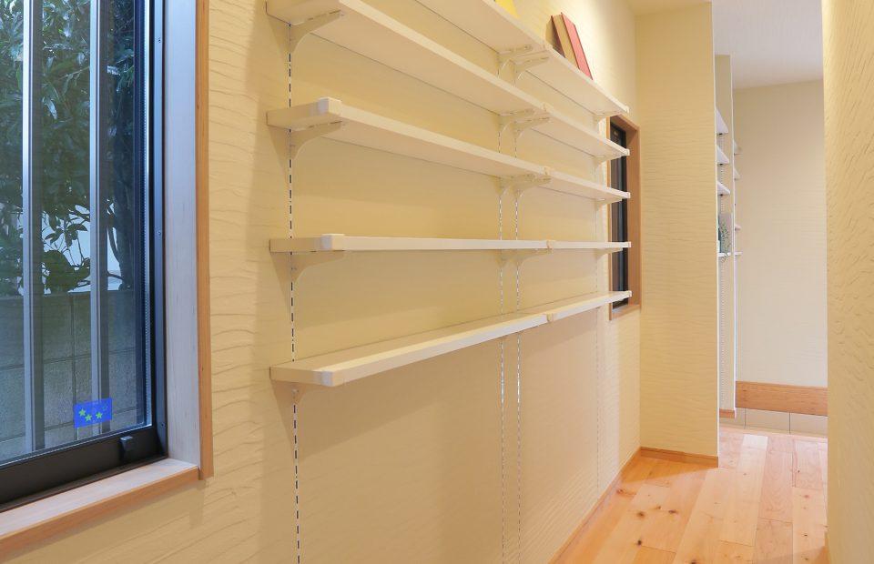 文庫本専用の棚です。廊下のちょっとしたスペースも無駄にせず、大量の蔵書を収納する棚を造作しました