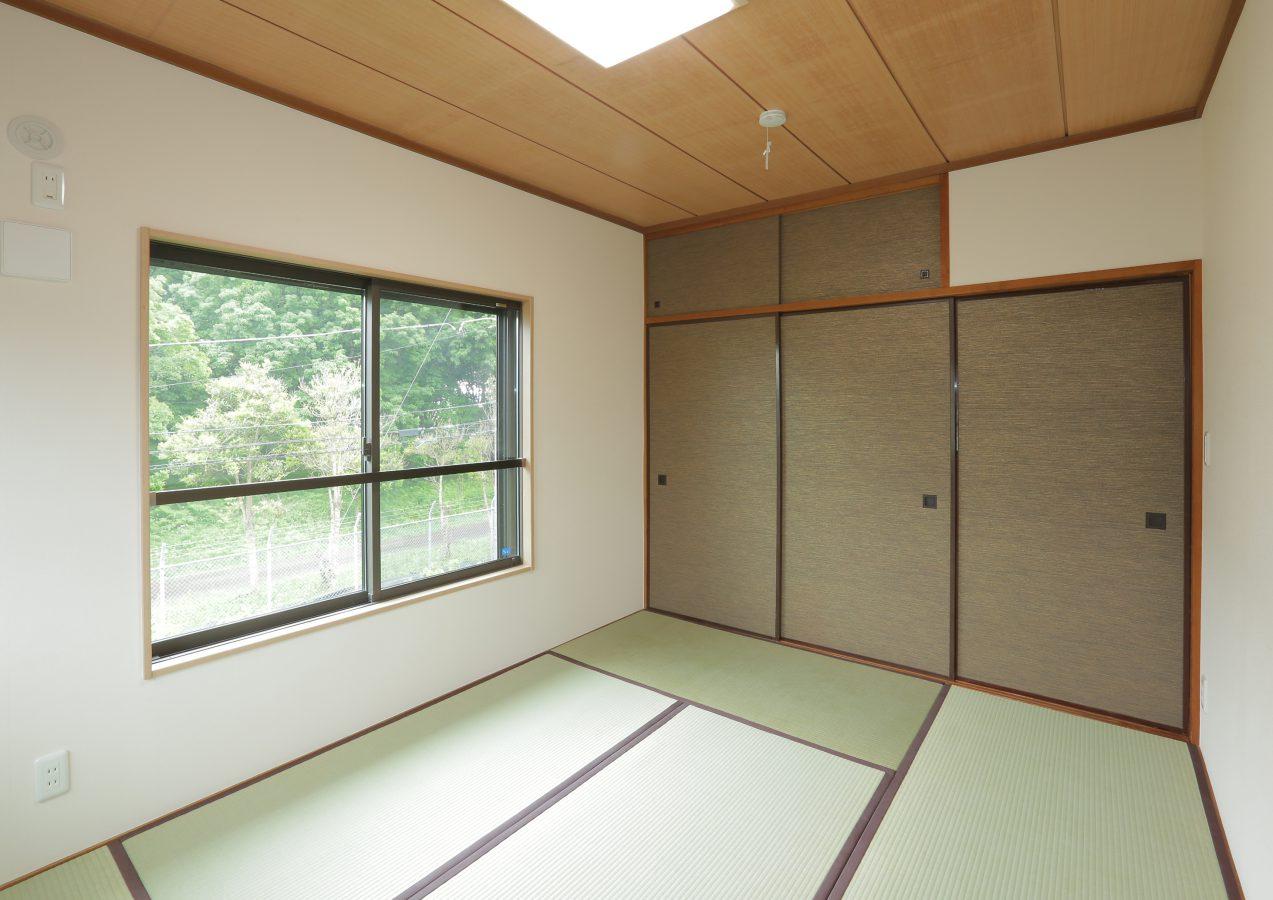 天井はそのままに畳や襖を張り替え。昔のままを活かしつつ新しさを取り入れた空間です。