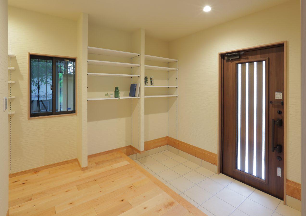 玄関の広さはそのままに、オープンな玄関収納を造作しました