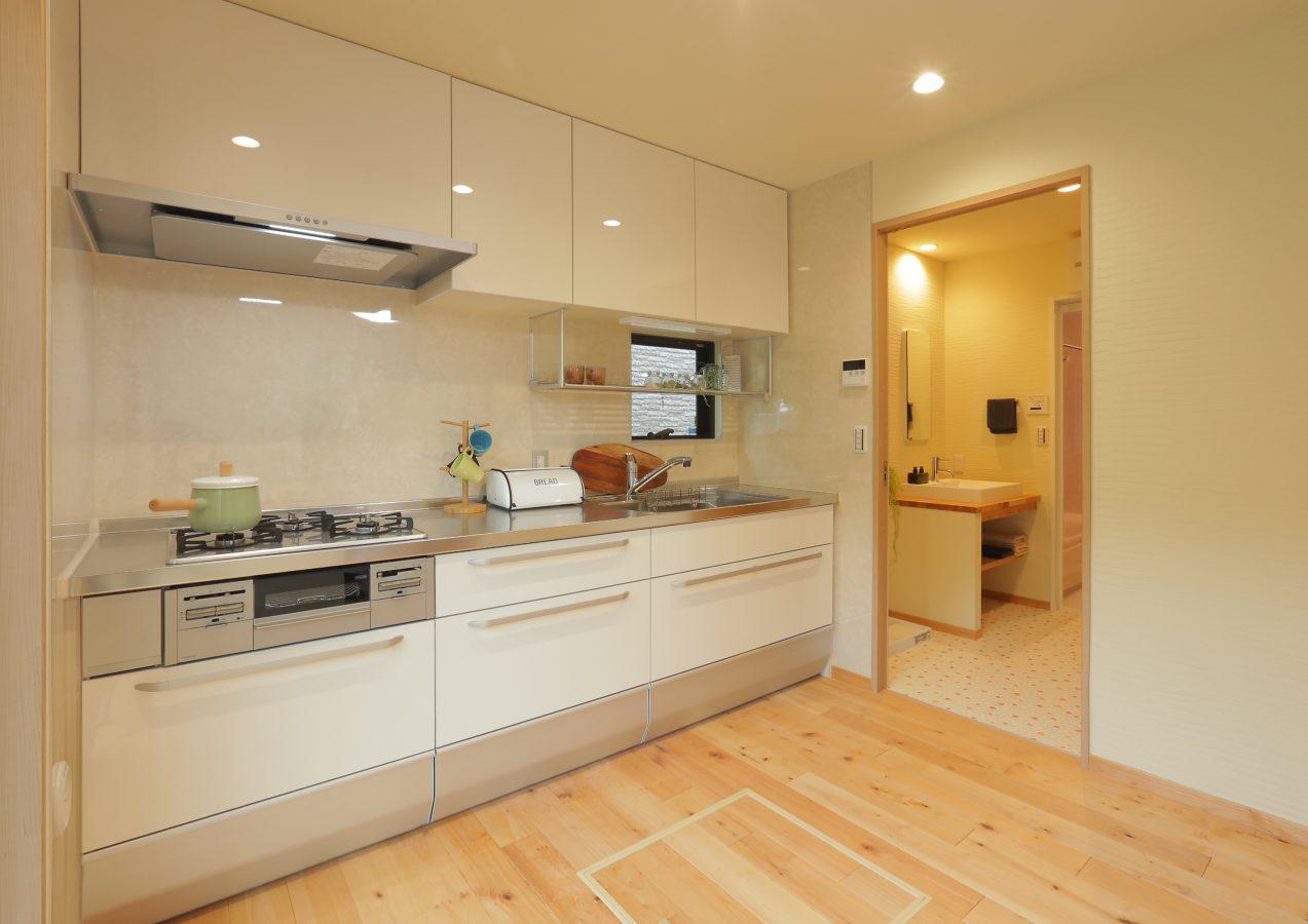 キッチンも洗面所も二方向からのアクセスで、家事動線に配慮しています。