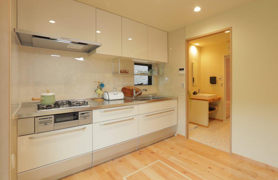 キッチンも洗面所も二方向からのアクセスで、家事動線に配慮しています