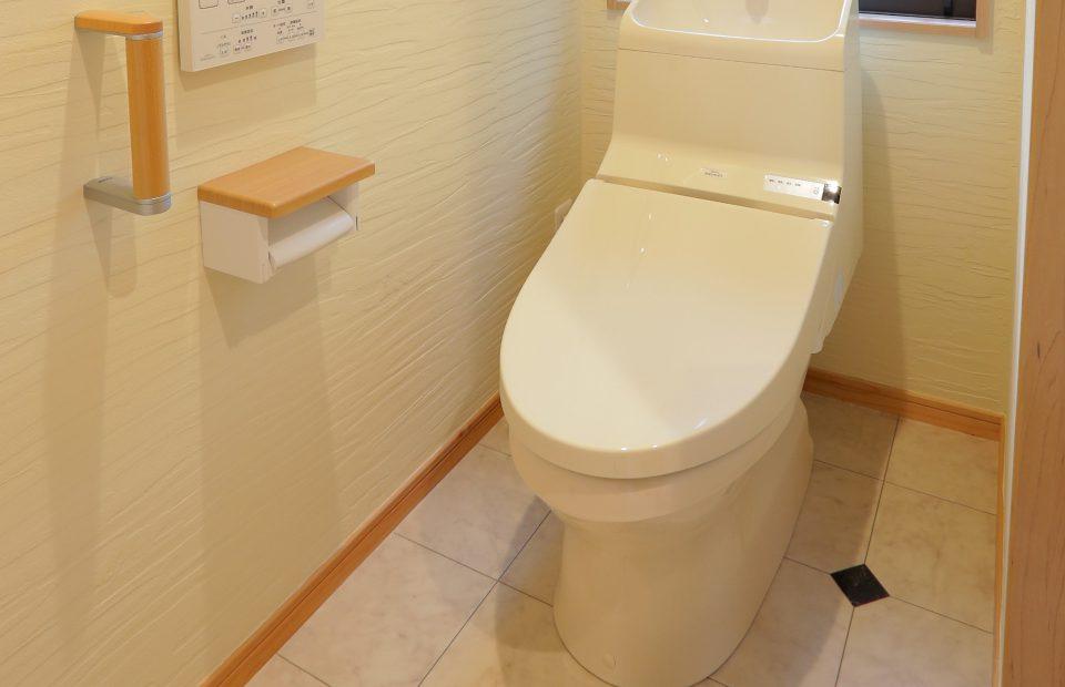 設備を一新し、位置も変更したトイレ。手すりがついて将来も安心です