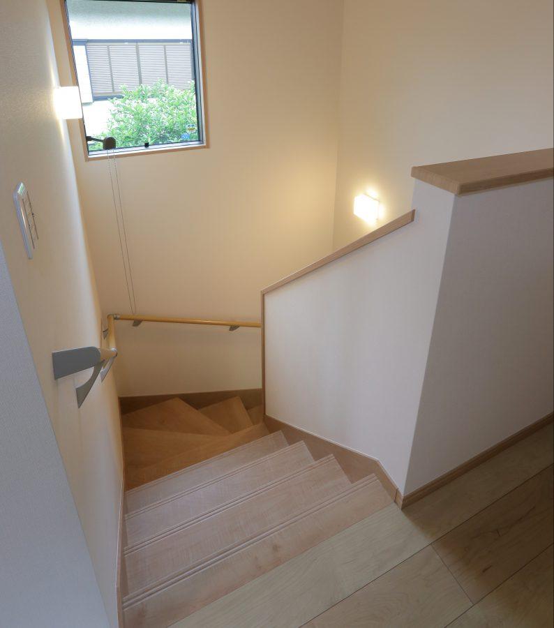 急勾配だった階段は段数を増やして緩やかに。リビングイン階段で2階へのアクセスがしやすくなりました