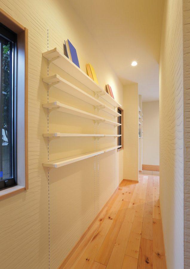 廊下のちょっとしたスペースも無駄にせず、文庫本を収納する棚を造作しました