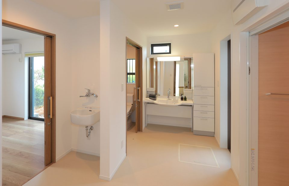 もともと台所だったスペースを大胆に間取り変更した洗面脱衣室。廊下や洋室からも直接アクセスできます