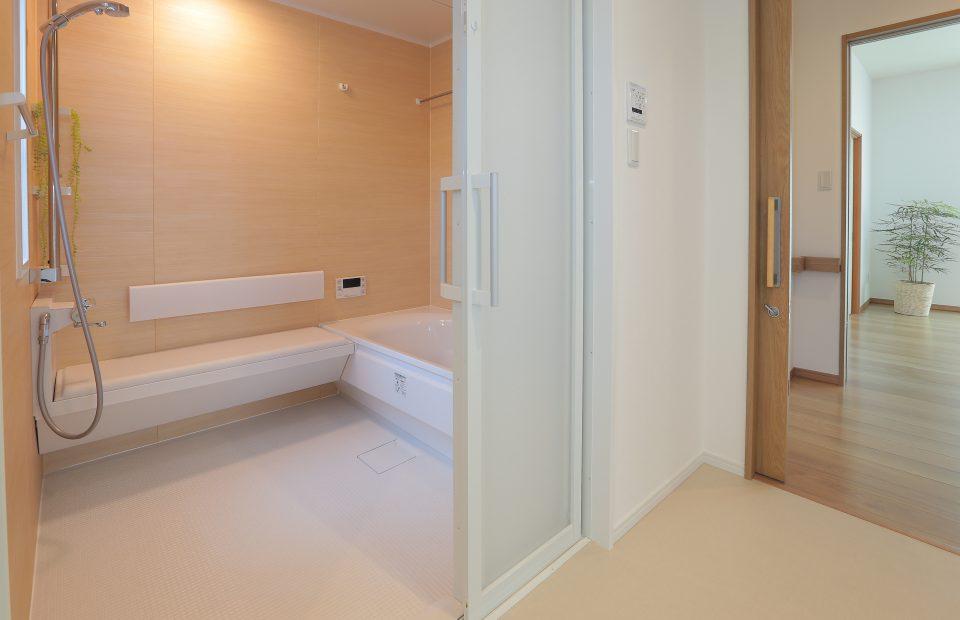 広々とした洗面脱衣室からはトイレ、浴室へも段差無く楽々と移動できます