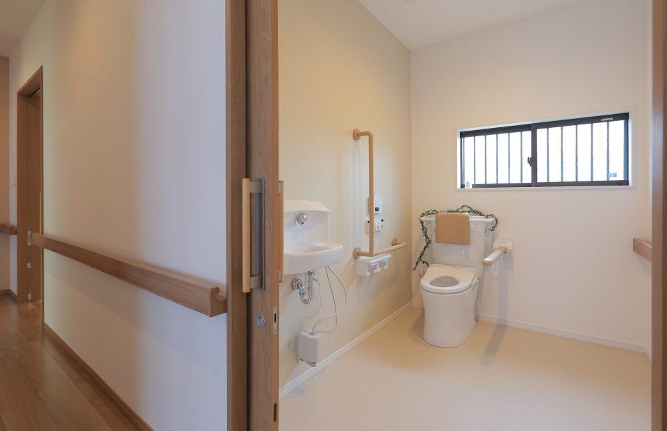 各々の居室の近くに設けた2つのトイレへの段差も一切なくし、つまずく不安が軽減されました