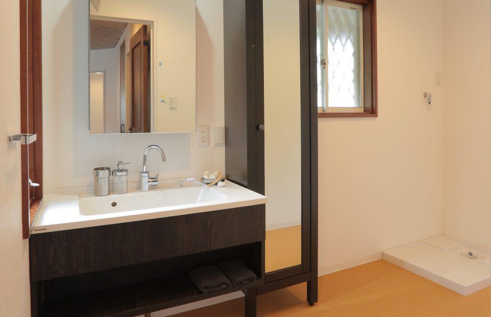 フローティング洗面台を採用した洗面脱衣所。ジュート風床も欧州らしさをひきたてます