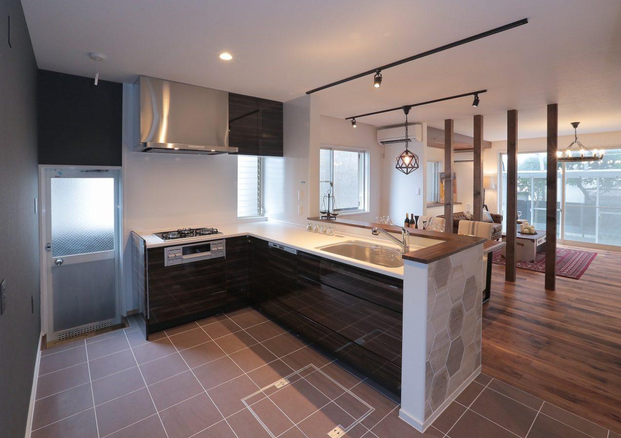 広く機能的なキッチンへ。シャープで無機質な色使いでブルックリンスタイルを実現