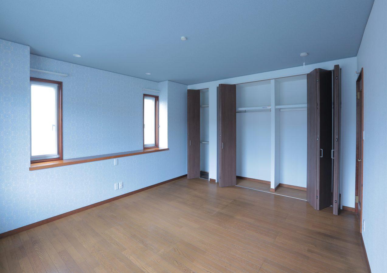 大容量の収納を設けた主寝室。ペールブルーを基調としたクロス遣いでやすらぎ感を醸し出します