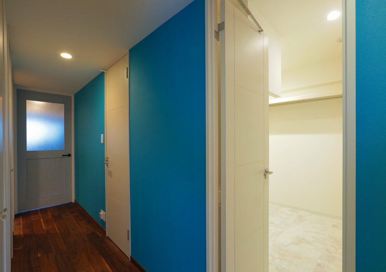 廊下のブルーとLDKへのブルードア。海岸線を感じるバルへの美しくも自然なアプローチ
