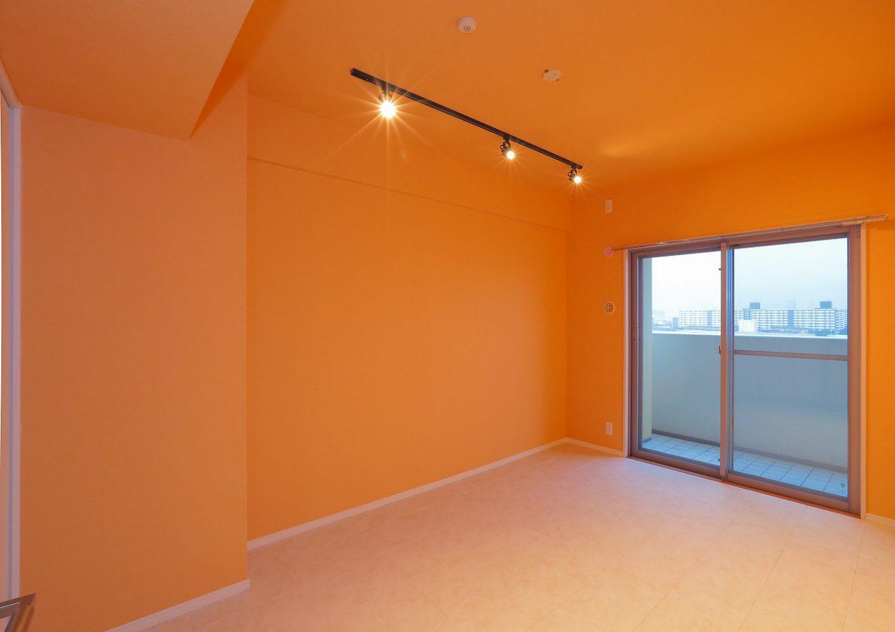 白にふちどられたオレンジの塗り壁調の空間は、地中海沿岸、カタルーニャ地方からフランス側、プロヴァンスあたりの家々のインテリアを彷彿とさせます