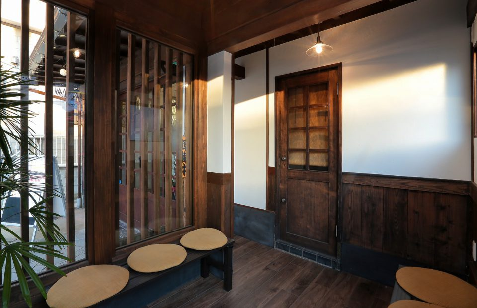 待合室正面の壁は元々の外壁を残したままわら漆喰を塗り、趣のあるスペースに。