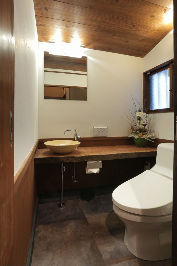 トイレ手洗いのカウンターはカウンター席の無垢板の余りを再利用しました。