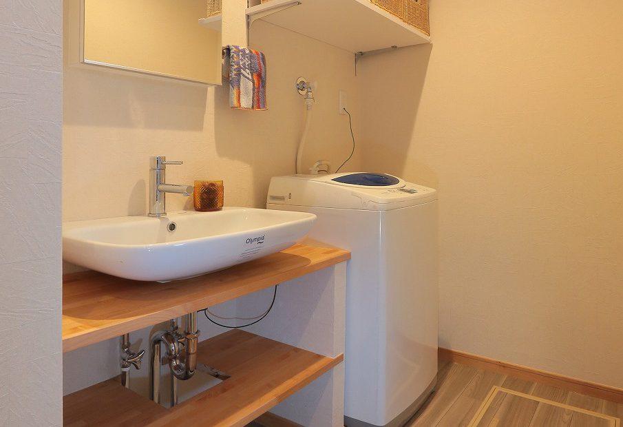 造作カウンターに置き型洗面ボウルですっきりと仕上げることでおしゃれな空間に。