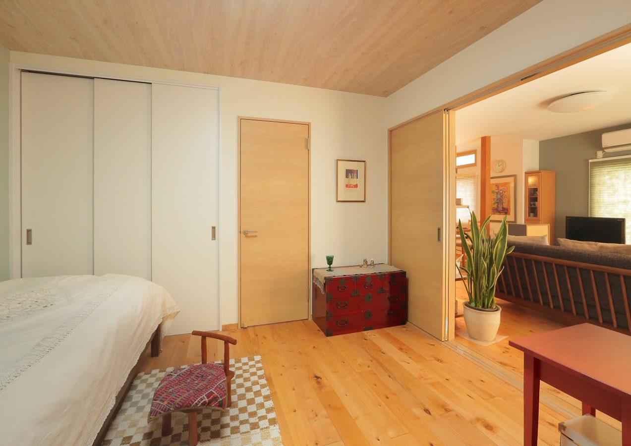 寝室の引き戸を開けておくとLDKとつながり広い一室空間に。