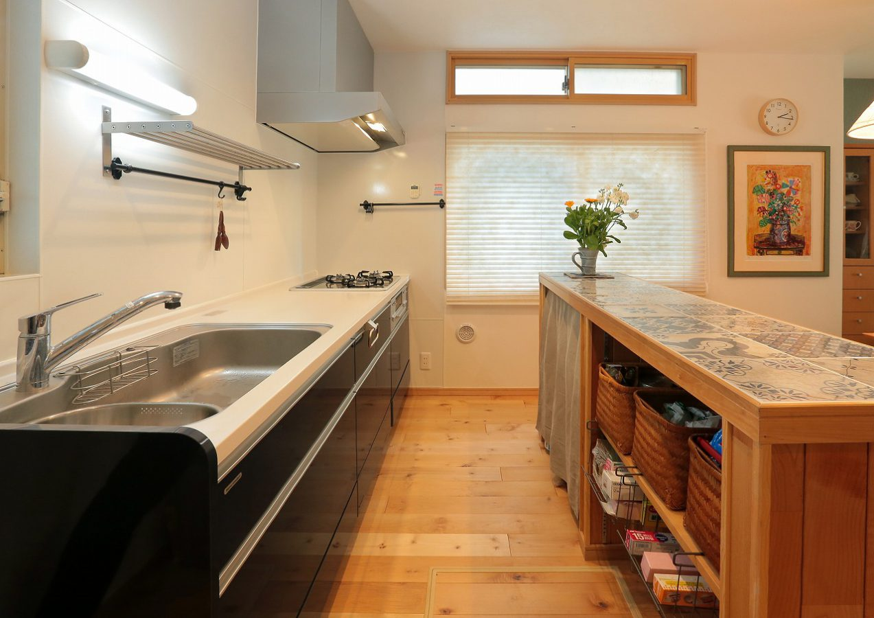 インディゴブルーのキッチンと対面カウンター収納で収納力がアップ。