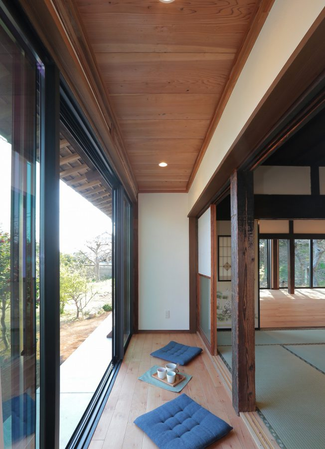日当たりの良い広縁は憩いの空間に、天井の杉板は、解体で出た材料を再利用