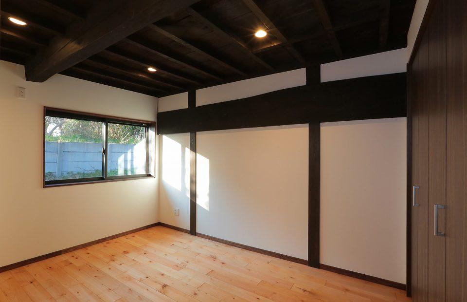 木組のいぶされた天井はそのまま活かしました、和の風情が感じられます。