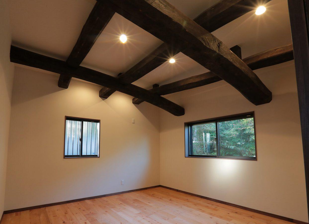 梁や小屋組みを露出させた天井、古民家の良さが活かされた寝室です。