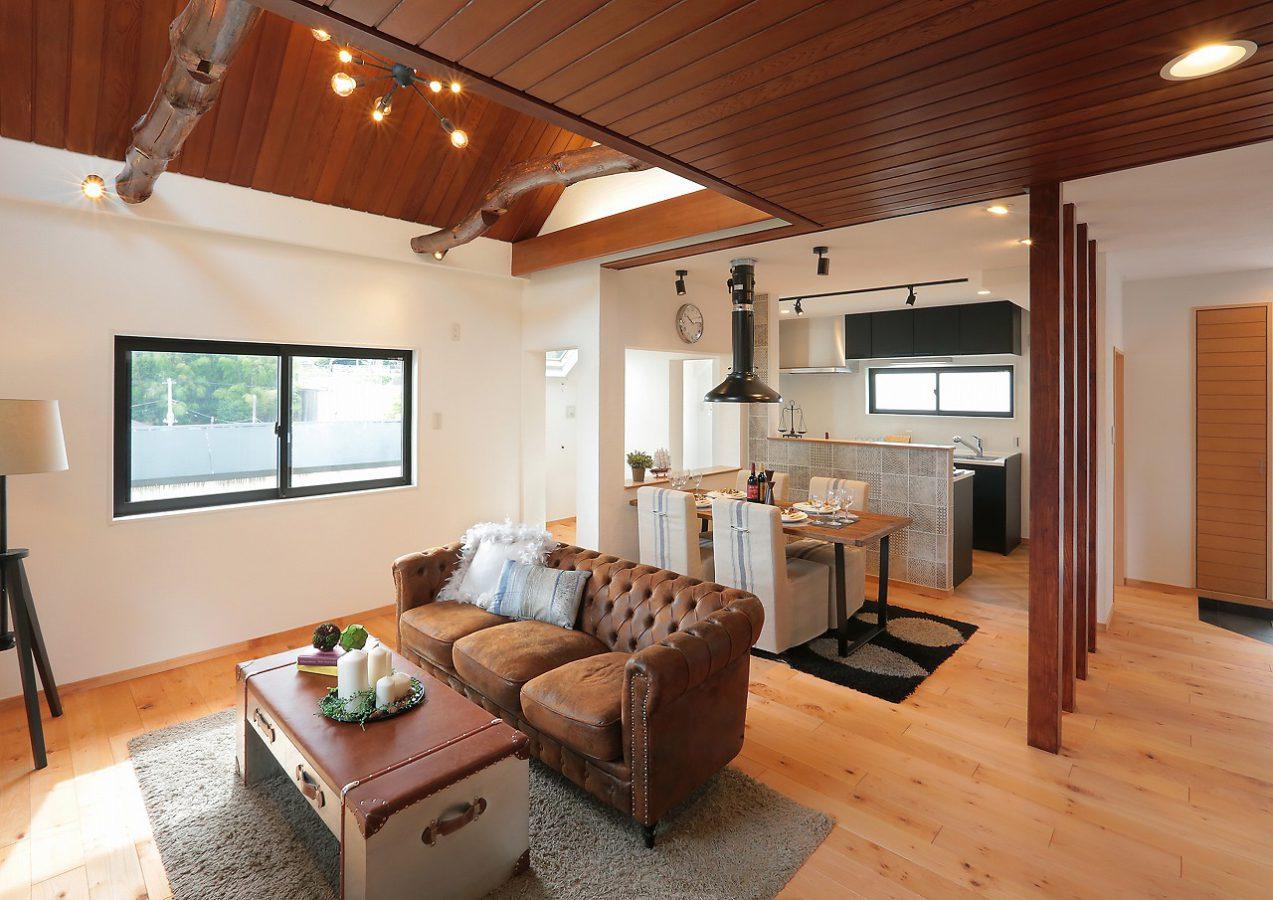 新築時に先代のデザイナーが施した情緒ある木貼り天井はそのままに、さりげなく古材張りをあしらって。天井・壁の漆喰素材は空間の空気を浄化してくれます。