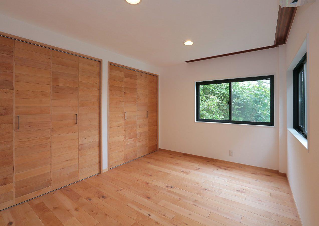 ヴィンテージ木ここちオリジナルの無垢メープルフローリングと収納建具でナチュラル感を引き出しました。