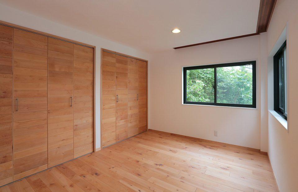 ワードローブ付き寝室。木ここちオリジナルの無垢メープルフローリングと収納建具で、やや威厳すら感じるナチュラル感。