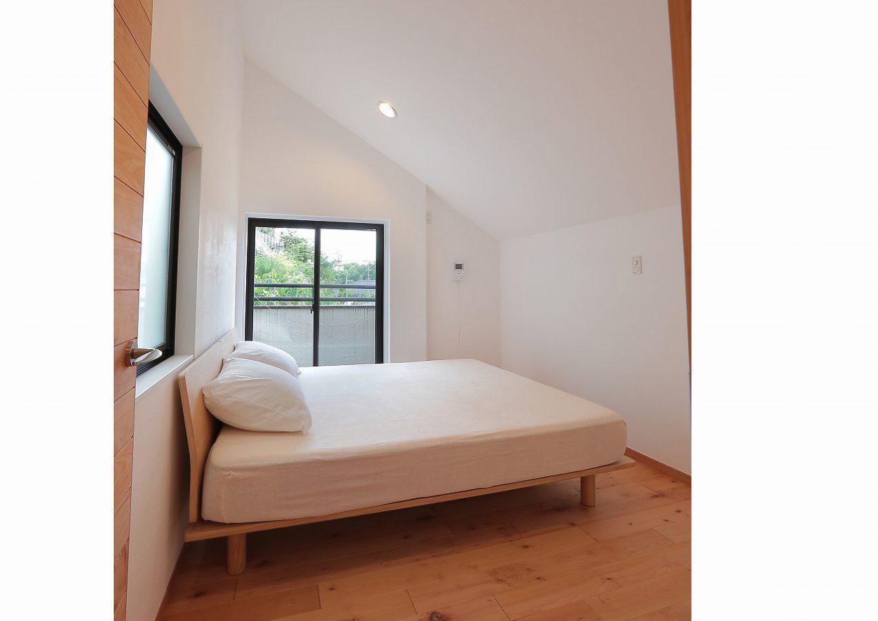斜めの天井が良いアクセントになった寝室