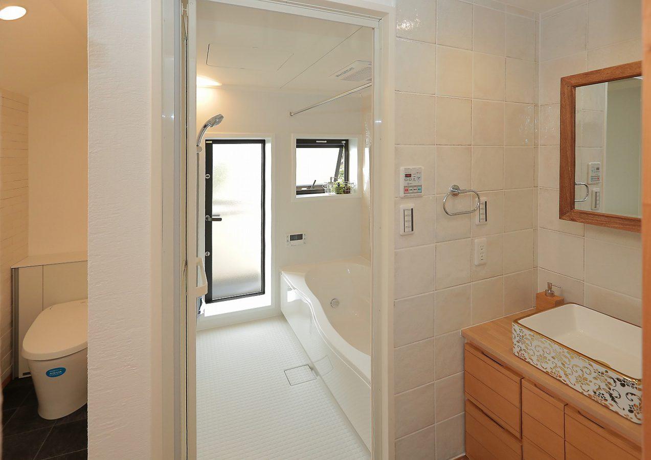 2階の大きなバスルーム。これからは家族みんなでゆっくりバスタイムを楽しめます。洗面台はお施主様のイメージ通りの特注造作品です。