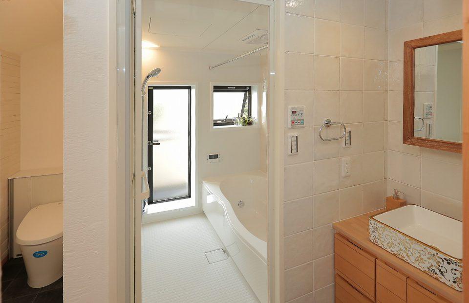 綿密な採寸により実現した2Fの大き目なバスルーム。これからは家族みんなでゆっくりバスタイムを楽しめます。洗面台は施主のイメージ通りの特注造作品。