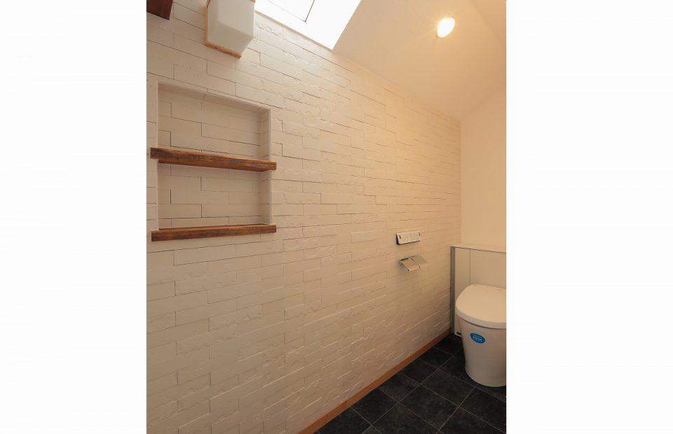 元素材、天窓を利用した2Fのトイレ。壁面に施したエコカラットタイルは、デザイン性の高さのみならず、周辺の空気の湿温バランスも調えてくれます。