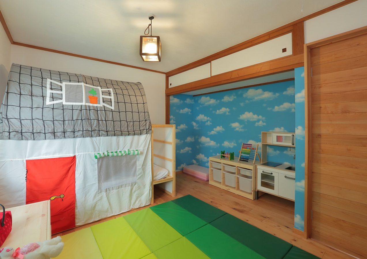和室をお嬢さまの子供部屋に。ポップな壁紙をチョイス。