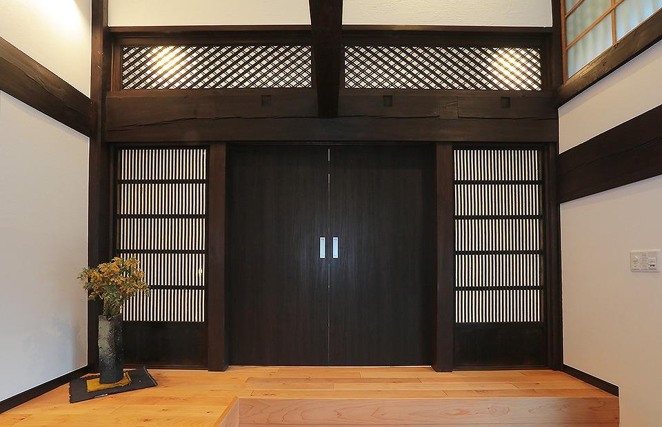 手前の和室間の引戸、奥の和室間にあった欄間を玄関ホールへ移設してリビングとのしきり壁へ