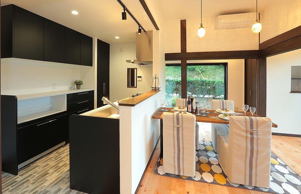 黒が効いたシステムキッチンでモダンで現代的な若夫婦にぴったりな空間に仕上げました