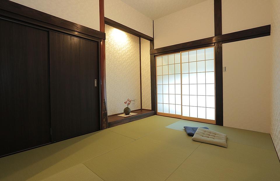 おばあ様のお部屋は、床柱、太いけやきの床框はそのまま利用。丁寧に天然素材を磨き直しました
