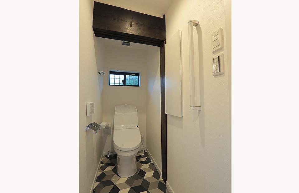 元の素材を残したトイレ。新しい部材との調和が美しいです