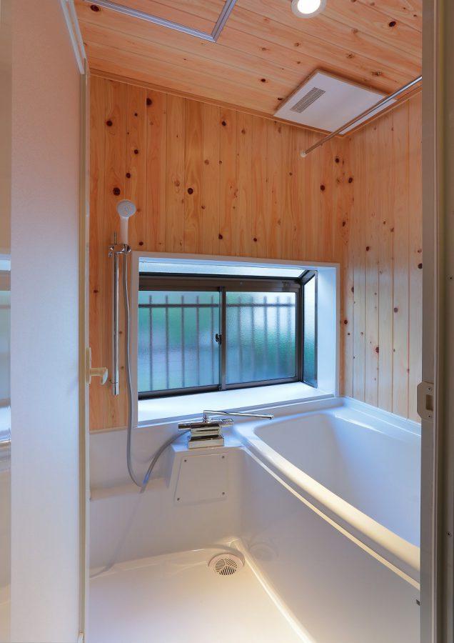 壁・天井はひのきの羽目板を採用。木の香りが心地良いです