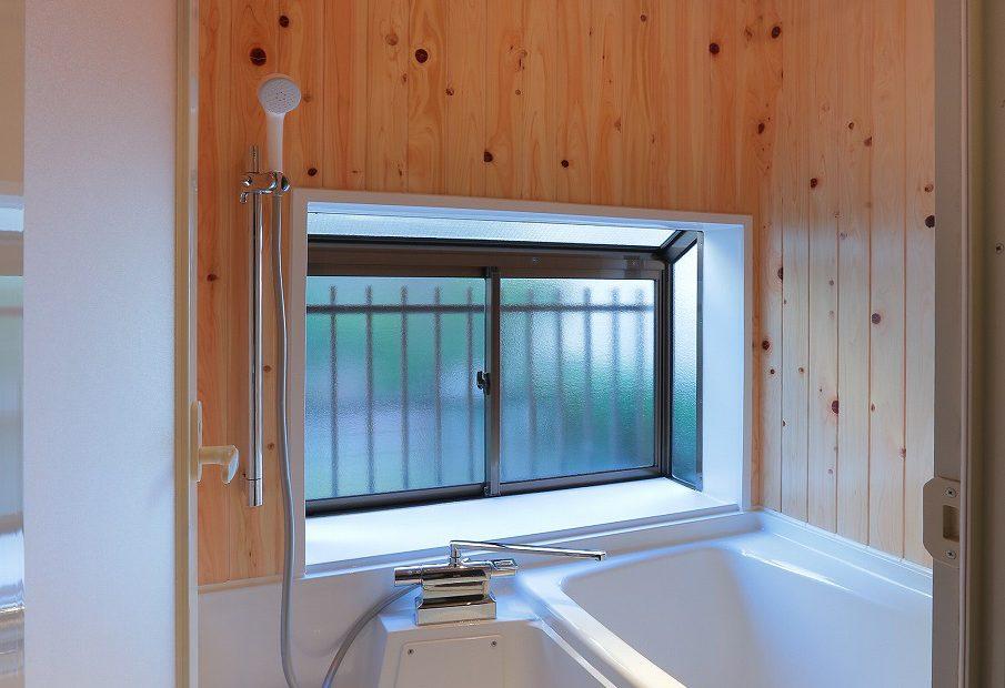 風呂 ハーフバスに壁・天井はひのきの羽目板を採用。木の香りが心地いいです。